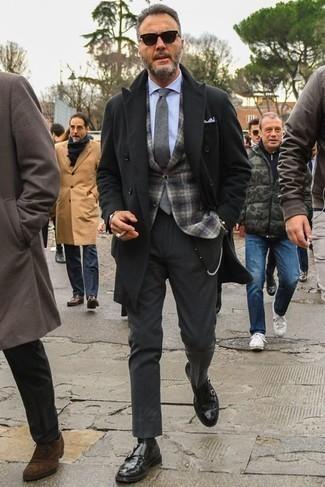 Mantel kombinieren: trends 2020: Kombinieren Sie einen Mantel mit einer dunkelgrauen Anzughose, um vor Klasse und Perfektion zu strotzen. Schwarze Doppelmonks aus Leder liefern einen wunderschönen Kontrast zu dem Rest des Looks.
