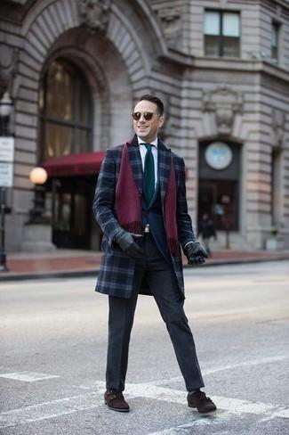 Dunkelgrüne Krawatte kombinieren: trends 2020: Vereinigen Sie einen dunkelblauen Mantel mit Schottenmuster mit einer dunkelgrünen Krawatte für eine klassischen und verfeinerte Silhouette. Fühlen Sie sich mutig? Komplettieren Sie Ihr Outfit mit dunkelbraunen Doppelmonks aus Wildleder.