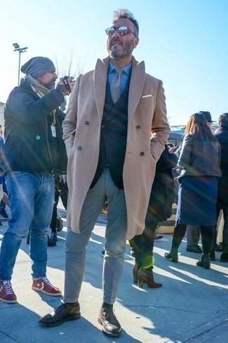 Herren Outfits & Modetrends 2020 für kalt Wetter: Kombinieren Sie einen camel Mantel mit einer grauen Chinohose für Drinks nach der Arbeit. Fühlen Sie sich mutig? Wählen Sie dunkelbraunen Leder Brogues.