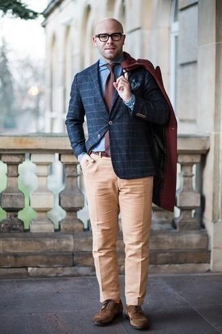Herren Outfits & Modetrends 2020 für kalt Wetter: Etwas Einfaches wie die Wahl von einem dunkelroten Mantel und einer beige Anzughose kann Sie von der Menge abheben. Suchen Sie nach leichtem Schuhwerk? Entscheiden Sie sich für braunen Wildleder Brogues für den Tag.