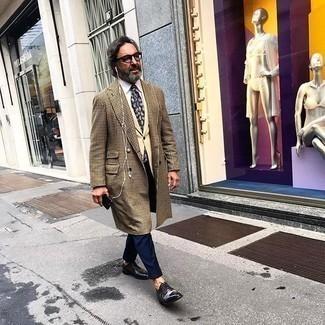 kalt Wetter Outfits Herren 2020: Entscheiden Sie sich für einen camel Mantel mit Hahnentritt-Muster und eine dunkelblaue Anzughose für eine klassischen und verfeinerte Silhouette. Dieses Outfit passt hervorragend zusammen mit schwarzen Leder Derby Schuhen.