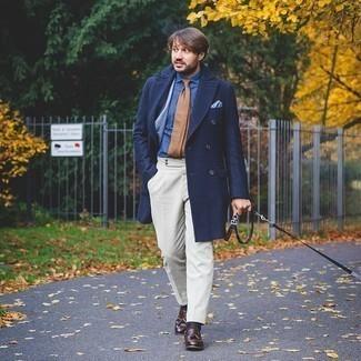 kalt Wetter Outfits Herren 2020: Paaren Sie einen dunkelblauen Mantel mit einer weißen Anzughose für eine klassischen und verfeinerte Silhouette. Dunkelbraune Leder Slipper mit Quasten liefern einen wunderschönen Kontrast zu dem Rest des Looks.