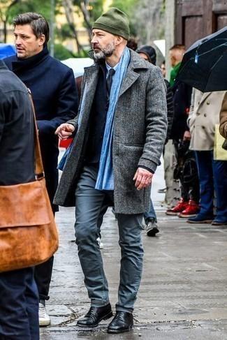 Smart-Casual Winter Outfits Herren 2021: Kombinieren Sie einen grauen Mantel mit einer dunkelblauen Chinohose, wenn Sie einen gepflegten und stylischen Look wollen. Vervollständigen Sie Ihr Outfit mit schwarzen Leder Derby Schuhen, um Ihr Modebewusstsein zu zeigen. Ein cooler Look für den Winter.