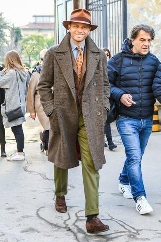Dunkelbraune Wildleder Oxford Schuhe kombinieren – 275 Herren Outfits: Kombinieren Sie einen braunen Mantel mit einer olivgrünen Wollanzughose für einen stilvollen, eleganten Look. Dunkelbraune Wildleder Oxford Schuhe sind eine großartige Wahl, um dieses Outfit zu vervollständigen.