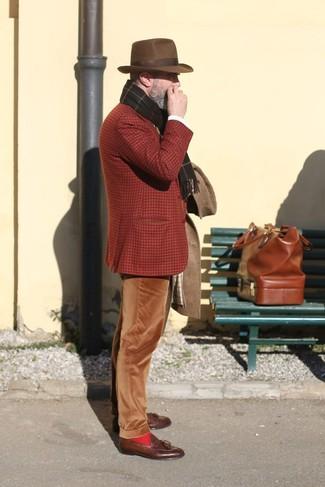Wie kombinieren: brauner Mantel, rotbraunes Wollsakko mit Schottenmuster, braune Kord Chinohose, braune Leder Slipper mit Quasten