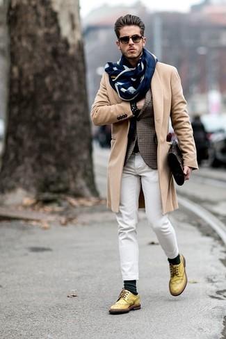 Wie kombinieren: camel Mantel, braunes Sakko mit Schottenmuster, weiße Jeans, gelbe Leder Brogues