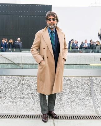 Wie kombinieren: beiger Mantel, dunkelblaues Wollsakko, blaues Jeanshemd, graue Wollanzughose