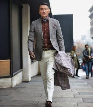 Wie kombinieren: grauer Mantel mit Schottenmuster, graues Wollsakko, braunes Jeanshemd, weiße Anzughose