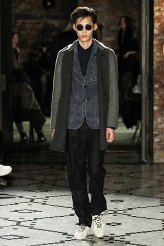 Wie kombinieren: grauer Mantel, dunkelgraues Jeanssakko, dunkelblaues Langarmhemd, schwarze Anzughose