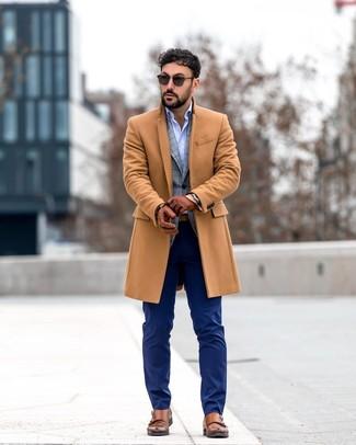 Wie kombinieren: camel Mantel, graues Sakko mit Schottenmuster, hellblaues Langarmhemd, dunkelblaue Anzughose