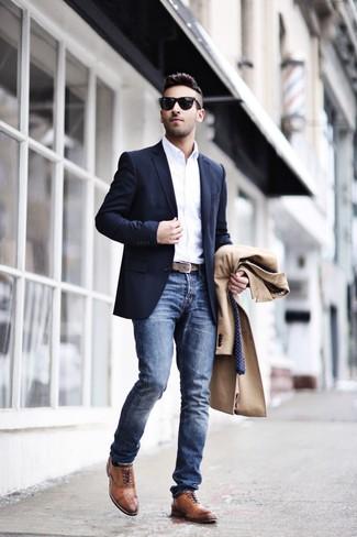 Wie kombinieren: camel Mantel, dunkelblaues Sakko, weißes Langarmhemd, blaue Jeans