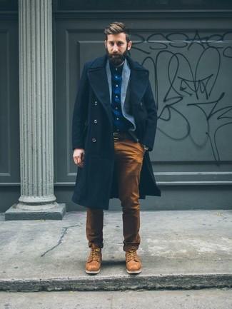 Entscheiden Sie sich für einen dunkelblauen Mantel und eine rotbraune Chinohose für Drinks nach der Arbeit. Machen Sie diese Aufmachung leger mit beige lederarbeitsstiefeln.