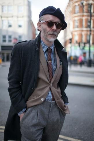 Wie kombinieren: dunkelgrauer Mantel mit Fischgrätenmuster, braunes Sakko, dunkelblaues und weißes Langarmhemd mit Vichy-Muster, graue Wollanzughose