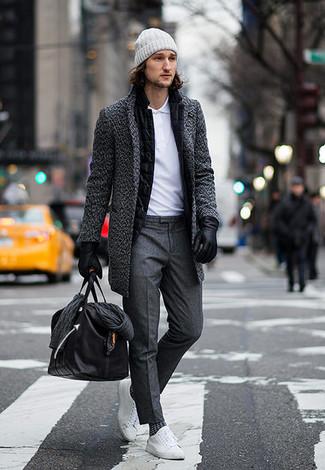 Wie kombinieren: dunkelgrauer Mantel, schwarzes Wollsakko, weißes Polohemd, dunkelgraue Anzughose