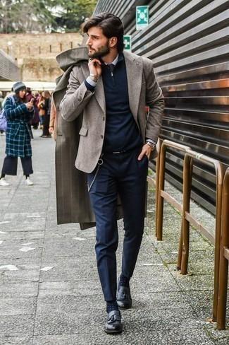 Dunkelblauen Pullover mit einem Reißverschluss am Kragen kombinieren: trends 2020: Kombinieren Sie einen dunkelblauen Pullover mit einem Reißverschluss am Kragen mit einer dunkelblauen Chinohose für ein sonntägliches Mittagessen mit Freunden. Schwarze Leder Slipper mit Quasten sind eine einfache Möglichkeit, Ihren Look aufzuwerten.