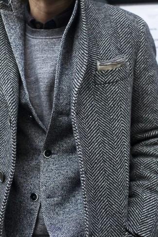 Wie kombinieren: grauer Mantel mit Fischgrätenmuster, graues Wollsakko mit Fischgrätenmuster, grauer Pullover mit einem Rundhalsausschnitt, schwarzes Langarmhemd
