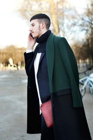 Wie kombinieren: dunkelgrüner Mantel, dunkelblaues Sakko, weißer Pullover mit einem Rundhalsausschnitt, dunkelblaue Jeans