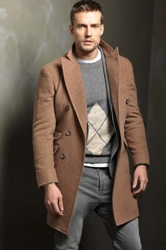 camel Mantel, graues Wollsakko mit Fischgrätenmuster, grauer Pullover mit einem Rundhalsausschnitt mit Argyle-Muster, weißes T-Shirt mit einem Rundhalsausschnitt für Herren