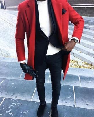 Wie kombinieren: roter Mantel, schwarzes Sakko, weißer Pullover mit einem Rundhalsausschnitt, dunkelblaue enge Jeans
