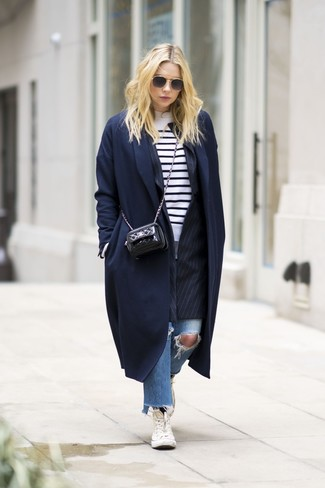 Wie kombinieren: dunkelblauer Mantel, schwarzes vertikal gestreiftes Sakko, weißer und schwarzer horizontal gestreifter Pullover mit einem Rundhalsausschnitt, blaue Jeans mit Destroyed-Effekten