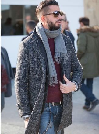 Wie kombinieren: dunkelgrauer Mantel mit Fischgrätenmuster, dunkelgraues Wollsakko, dunkelroter Pullover mit einem Rundhalsausschnitt, blaue Jeans