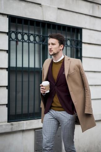 Wie kombinieren: camel Mantel, dunkelrotes Sakko, senf Pullover mit einem Rundhalsausschnitt, weißes Businesshemd