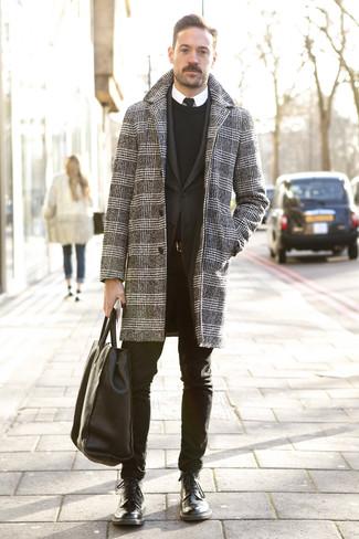 Wie kombinieren: schwarzer und weißer Mantel mit Hahnentritt-Muster, schwarzes Sakko, schwarzer Pullover mit einem Rundhalsausschnitt, weißes Businesshemd