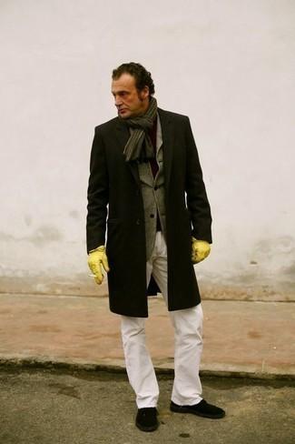 Schwarzen Mantel kombinieren: trends 2020: Entscheiden Sie sich für einen schwarzen Mantel und weißen Jeans, wenn Sie einen gepflegten und stylischen Look wollen. Wenn Sie nicht durch und durch formal auftreten möchten, vervollständigen Sie Ihr Outfit mit schwarzen Segeltuch niedrigen Sneakers.