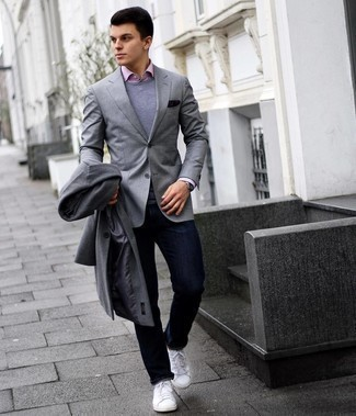 Grauen Mantel kombinieren – 500+ Herren Outfits: Kombinieren Sie einen grauen Mantel mit dunkelblauen Jeans, um einen eleganten, aber nicht zu festlichen Look zu kreieren. Machen Sie diese Aufmachung leger mit weißen Leder niedrigen Sneakers.
