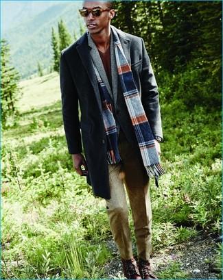 Wie kombinieren: dunkelgrauer Mantel, graues Wollsakko, brauner Pullover mit einem V-Ausschnitt, hellbeige Wollanzughose