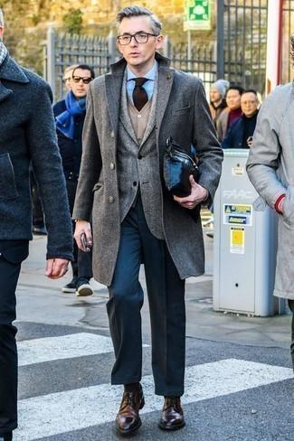 Mantel kombinieren: trends 2020: Kombinieren Sie einen Mantel mit einer dunkelblauen Anzughose, um vor Klasse und Perfektion zu strotzen. Wählen Sie die legere Option mit dunkelbraunen Leder Derby Schuhen.