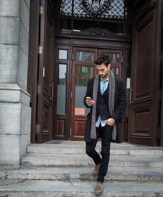 Beige Wildlederfreizeitstiefel kombinieren: trends 2020: Entscheiden Sie sich für einen schwarzen Mantel und schwarzen Jeans, um einen modischen Freizeitlook zu kreieren. Dieses Outfit passt hervorragend zusammen mit einer beige Wildlederfreizeitstiefeln.
