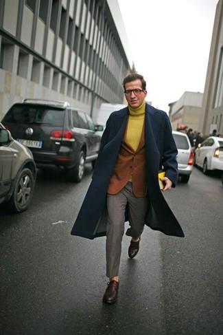 Wie kombinieren: dunkelblauer Mantel, rotbraunes Wollsakko, senf Wollrollkragenpullover, graue Anzughose