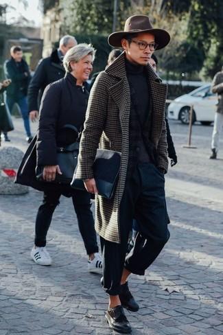 Braunen Mantel mit Vichy-Muster kombinieren: trends 2020: Entscheiden Sie sich für einen braunen Mantel mit Vichy-Muster und eine dunkelblaue Chinohose, wenn Sie einen gepflegten und stylischen Look wollen. Machen Sie Ihr Outfit mit dunkelbraunen Leder Brogues eleganter.