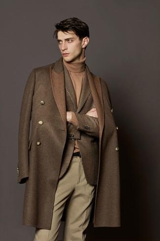 Wie kombinieren: brauner Mantel, braunes Wollsakko mit Hahnentritt-Muster, beige Rollkragenpullover, hellbeige Wollanzughose