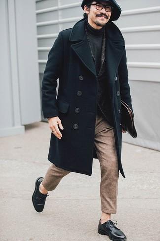 Wie kombinieren: schwarzer Mantel, dunkelgraues Wollsakko mit Fischgrätenmuster, dunkelgrauer Rollkragenpullover, braune Wollanzughose