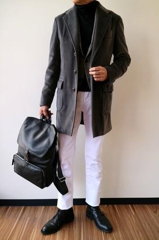 Wie kombinieren: schwarzer Mantel, dunkelgraues Wollsakko mit Schottenmuster, schwarzer Rollkragenpullover, weiße Chinohose