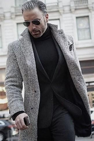 Wie kombinieren: grauer Mantel mit Fischgrätenmuster, schwarzes Wollsakko, schwarzer Rollkragenpullover, schwarze Wollanzughose