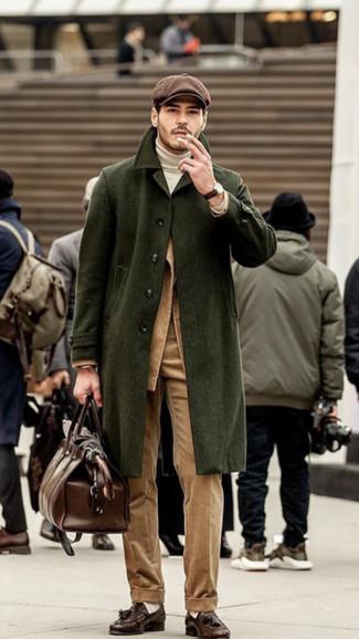 Dunkelbraune Leder Slipper mit Quasten kombinieren: trends 2020: Tragen Sie einen olivgrünen Mantel und eine beige Anzughose aus Cord für einen stilvollen, eleganten Look. Wenn Sie nicht durch und durch formal auftreten möchten, ergänzen Sie Ihr Outfit mit dunkelbraunen Leder Slippern mit Quasten.