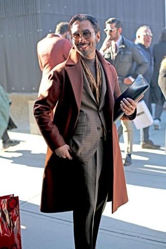 Dunkelbraunen bedruckten Schal kombinieren: trends 2020: Paaren Sie einen rotbraunen Mantel mit einem dunkelbraunen bedruckten Schal für einen entspannten Wochenend-Look.
