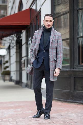 Wie kombinieren: grauer Mantel mit Schottenmuster, dunkelblaues Sakko, dunkelgrauer Rollkragenpullover, dunkelgraue Wollanzughose