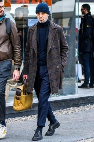 Wie kombinieren: dunkelbrauner Mantel mit Karomuster, schwarzes Sakko, dunkelblauer Rollkragenpullover, dunkelblaue Anzughose