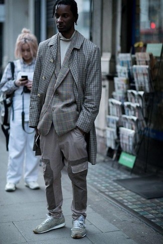 Wie kombinieren: grauer Mantel mit Karomuster, graues Sakko mit Karomuster, weißer Rollkragenpullover, graue Cargohose