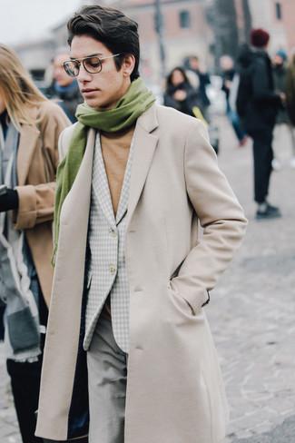 Wie kombinieren: beiger Mantel, graues Sakko mit Vichy-Muster, beige Rollkragenpullover, graue Wollanzughose