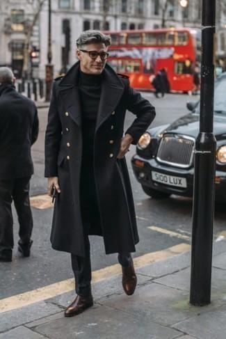 Herren Outfits & Modetrends für kalt Wetter: Kombinieren Sie einen schwarzen Mantel mit einer schwarzen Anzughose für eine klassischen und verfeinerte Silhouette. Suchen Sie nach leichtem Schuhwerk? Vervollständigen Sie Ihr Outfit mit dunkelbraunen Chelsea-Stiefeln aus Leder für den Tag.