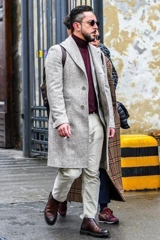 Mantel kombinieren: trends 2020: Vereinigen Sie einen Mantel mit hellbeige Jeans für Drinks nach der Arbeit. Fühlen Sie sich ideenreich? Komplettieren Sie Ihr Outfit mit dunkelroten Chelsea Boots aus Leder.