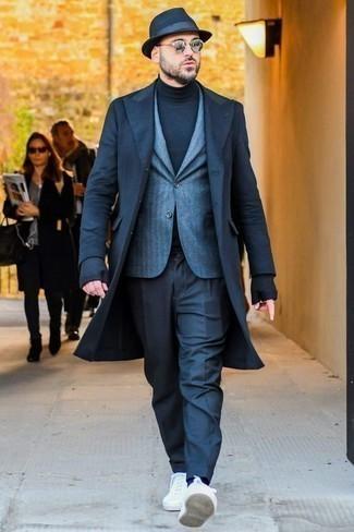 Mantel kombinieren: trends 2020: Erwägen Sie das Tragen von einem Mantel und einer dunkelblauen Anzughose für einen stilvollen, eleganten Look. Fühlen Sie sich ideenreich? Ergänzen Sie Ihr Outfit mit weißen Segeltuch niedrigen Sneakers.