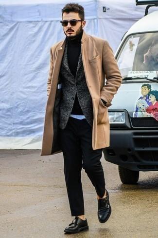 Schwarzen Rollkragenpullover kombinieren – 1045+ Herren Outfits: Erwägen Sie das Tragen von einem schwarzen Rollkragenpullover und einer schwarzen Chinohose, um einen lockeren, aber dennoch stylischen Look zu erhalten. Machen Sie Ihr Outfit mit schwarzen Doppelmonks aus Leder eleganter.