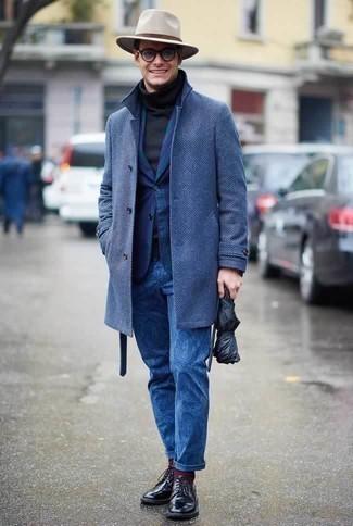 Dunkelblaue bedruckte Chinohose kombinieren: trends 2020: Vereinigen Sie einen blauen Mantel mit einer dunkelblauen bedruckten Chinohose für Drinks nach der Arbeit. Schwarze Leder Derby Schuhe sind eine einfache Möglichkeit, Ihren Look aufzuwerten.