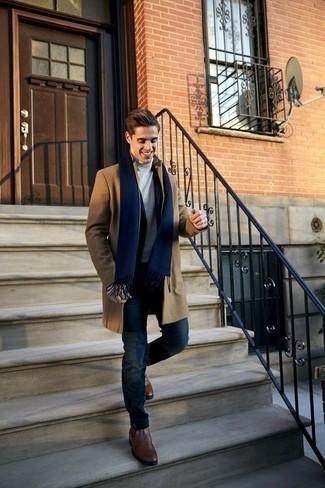 Grauen Rollkragenpullover kombinieren – 18 Winter Herren Outfits: Erwägen Sie das Tragen von einem grauen Rollkragenpullover und dunkelblauen Jeans für ein großartiges Wochenend-Outfit. Fühlen Sie sich ideenreich? Komplettieren Sie Ihr Outfit mit braunen Chelsea Boots aus Leder. Dieses Outfit eignet sich sehr gut für den Winter.
